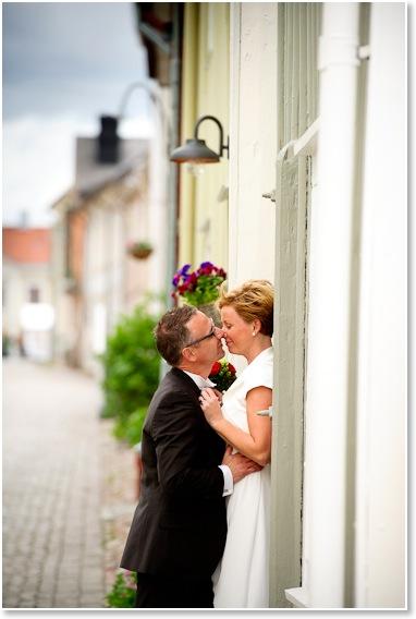 Annika och Peter i gamla stan i Eksjö | Bröllopsfotografering | Johan Lindqvist Fotografi 7