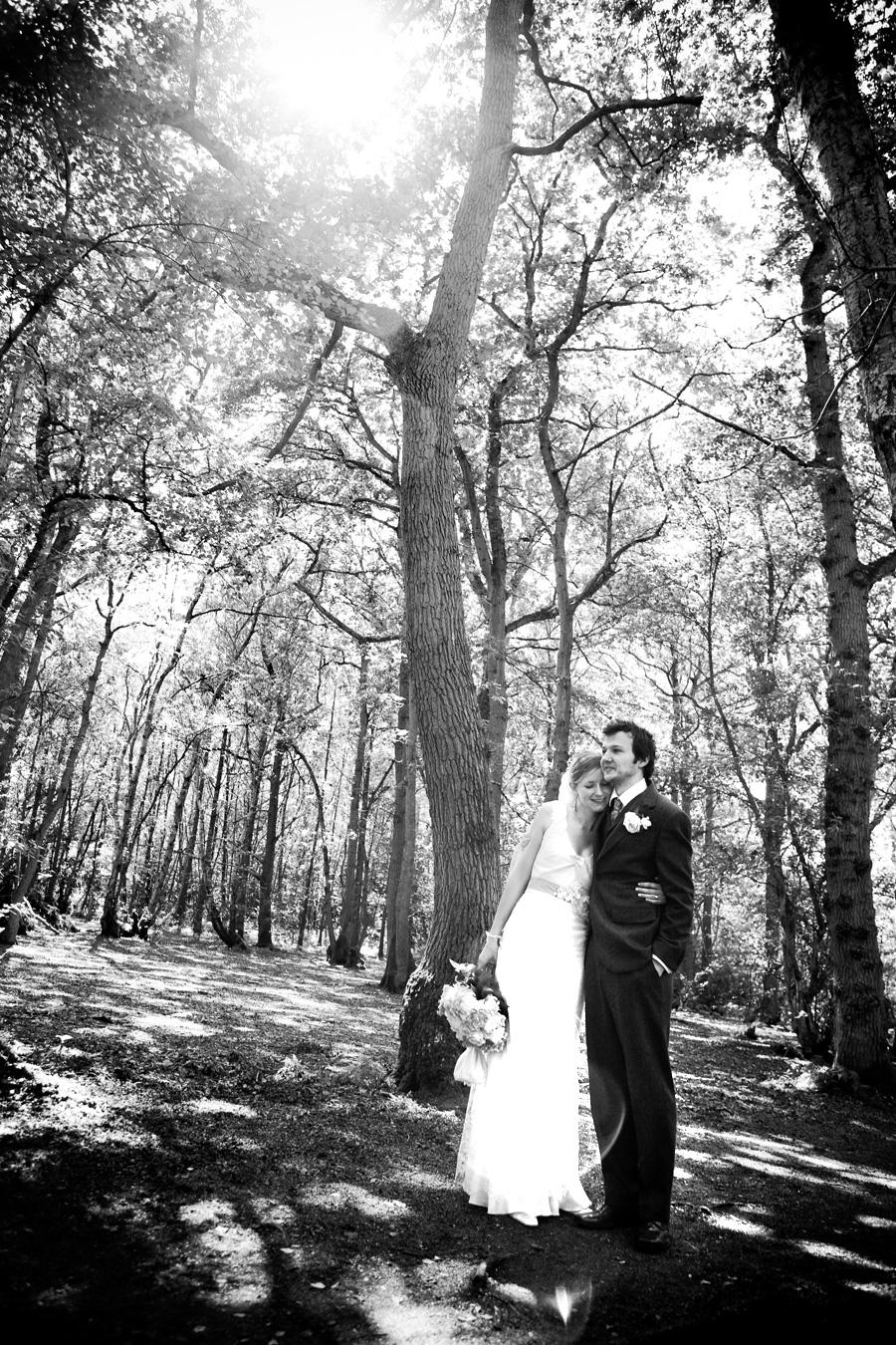 Julie och James i en glänta i skogen 6
